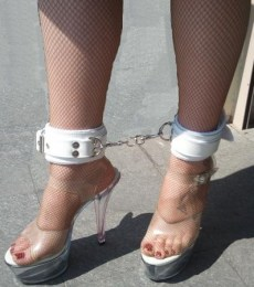 Pouta na nohy bílá kůže
